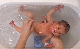 Un geste quotidien, laver bébé