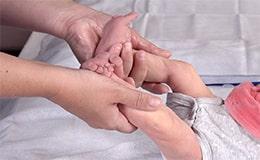 Masser bébé, des gestes simples à faire à la maison