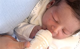 Bien positionner la tétine dans la bouche de bébé