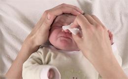 Comment nettoyer les yeux à l'eau claire ?